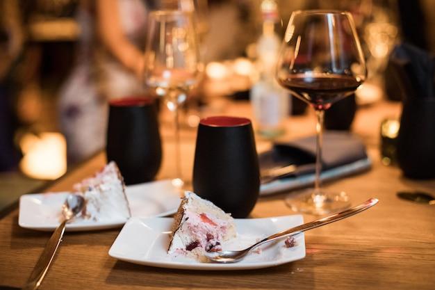 Tarta de chocolate y copas de vino