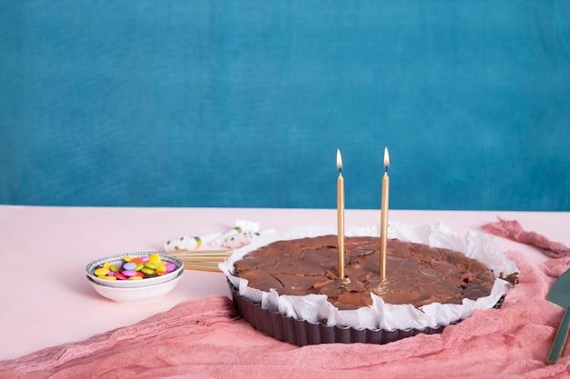 Tarta de chocolate de cumpleaños sobre la mesa.