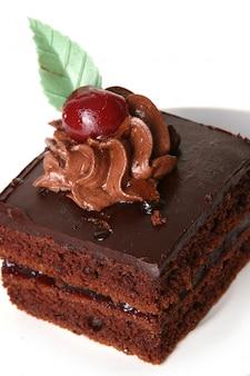 Tarta de chocolate dulce con cereza