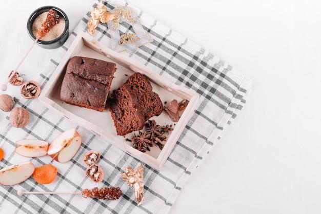 Tarta de chocolate en mesa de luz