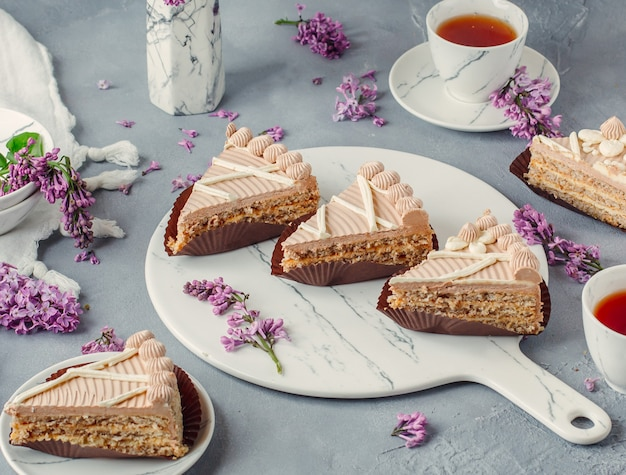 Tarta de crema dulce con té negro sobre la mesa