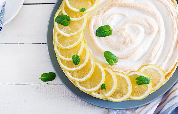 Tarta con crema de limón y merengue en mesa blanca
