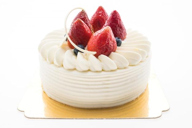 Tarta de crema de vainilla con fresa encima.