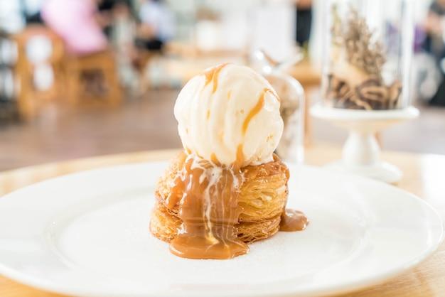 Tarta crujiente con helado de vainilla y salsa de caramelo.