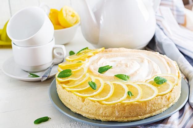 Tarta con cuajada de limón, merengue y tetera