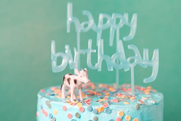 Tarta de cumpleaños azul con vaca
