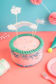 Tarta de cumpleaños para niños y niñas con gafas y pajitas de papel para una fiesta