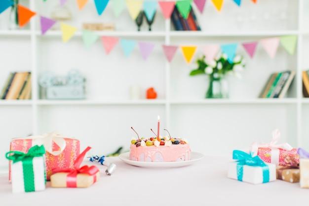 Tarta de cumpleaños con regalos