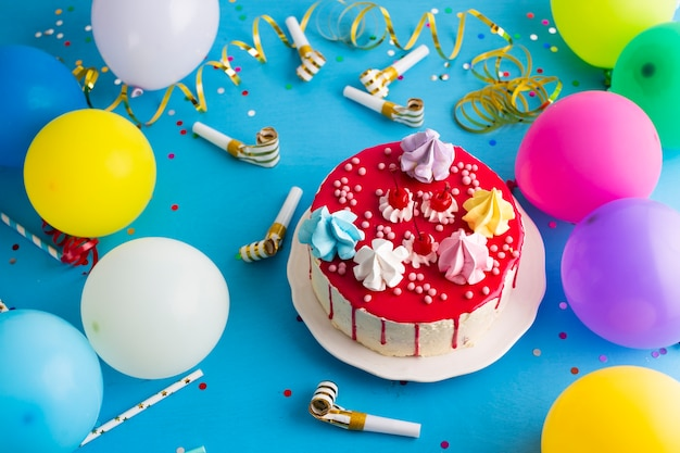 Tarta de cumpleaños con silbatos de fiesta