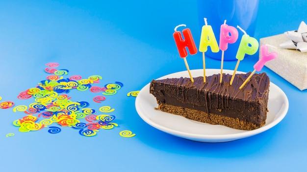Tarta de cumpleaños con velas y confeti