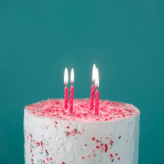 Tarta de cumpleaños con velas encendidas