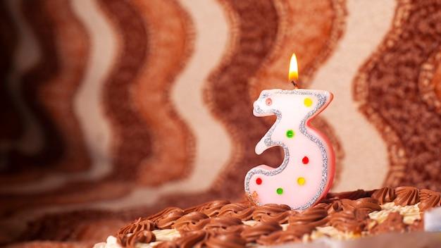 Tarta de dulces de cumpleaños con una vela en 3 años de nacimiento.