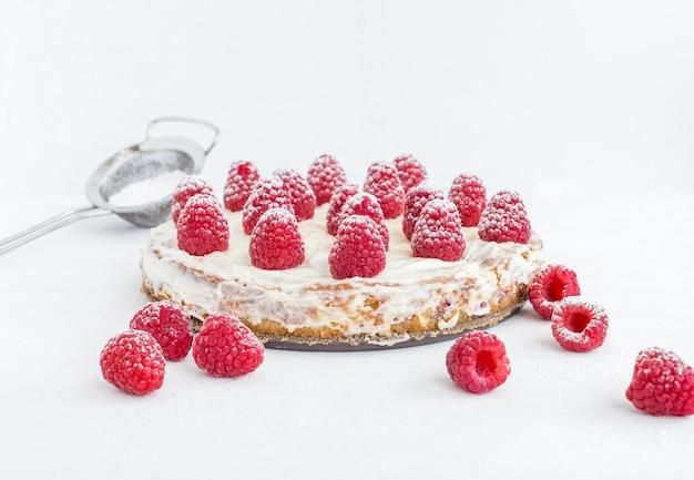 Tarta de frambuesa sobre una superficie blanca