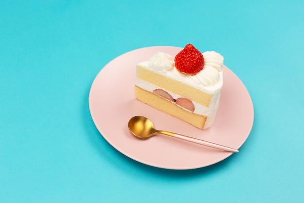 Tarta de fresa en el plato rosa