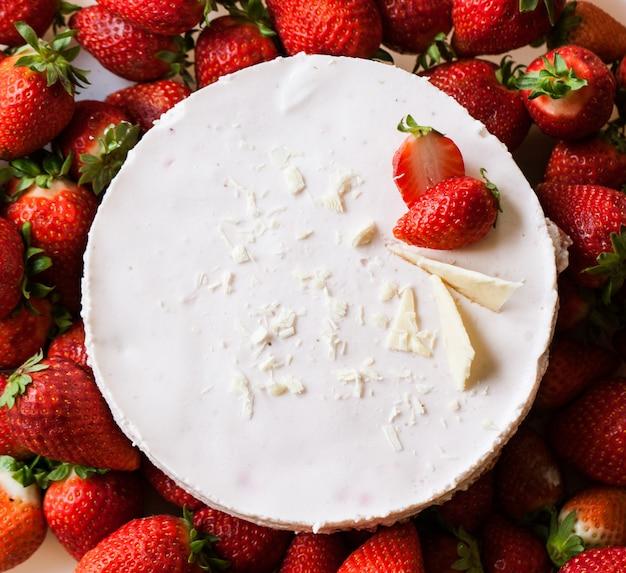 Tarta de fresa en un plato