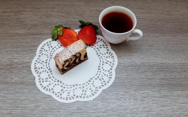 Tarta de fresa y té con leche.