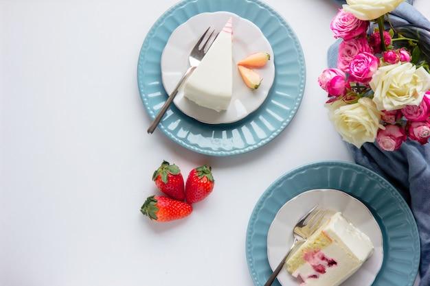 Tarta de fresas, flores de primavera rosas. hermoso desayuno