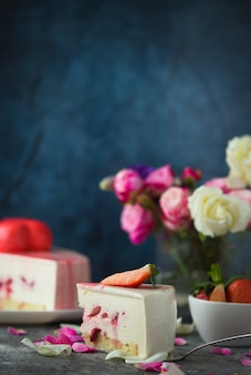 Tarta de fresas, flores de tulipán de primavera. hermoso desayuno