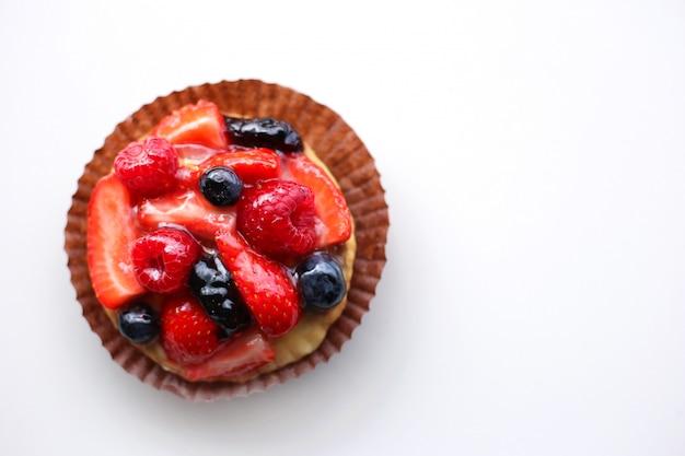 Tarta de fresas, frambuesas, arándanos cubiertos de gelatina