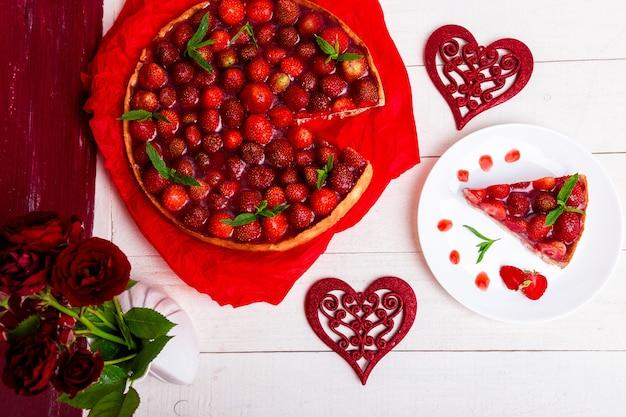 Tarta de fresas en plato blanco