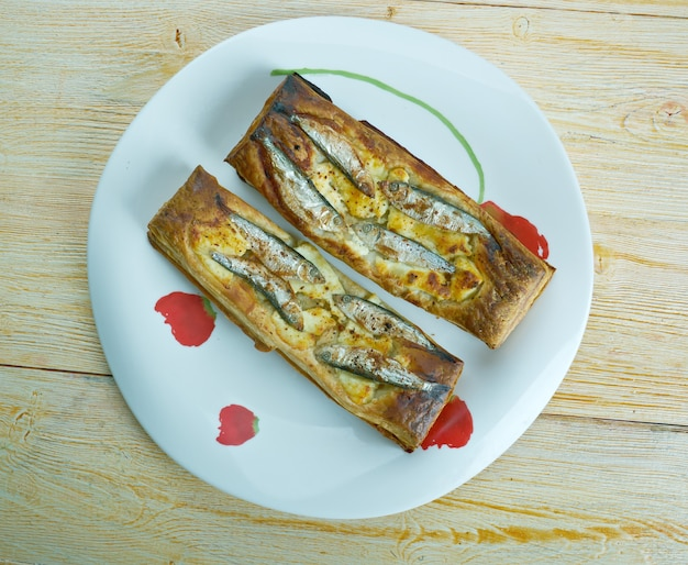 Tarta de hojaldre con anchoas. cocina francés