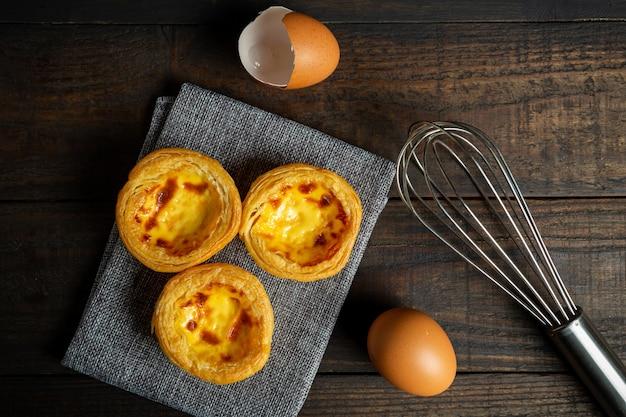 Tarta de huevo sobre madera.
