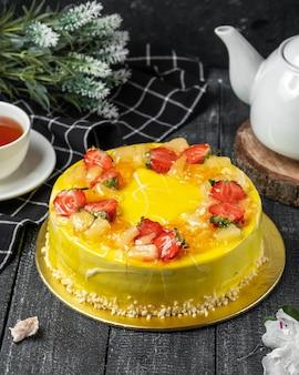 Tarta de limón con fresas en la mesa