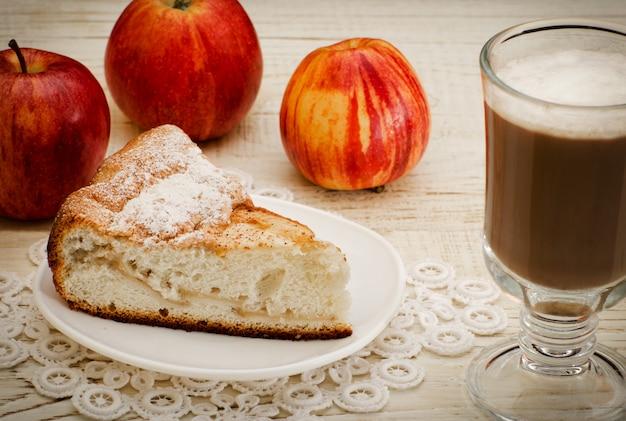 Tarta de manzana, capuchino y manzanas maduras, primer plano