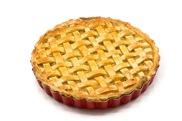 Tarta de manzana casera aislada en blanco