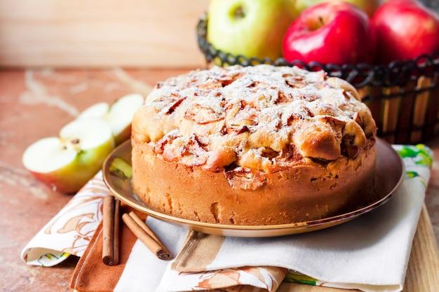 Tarta de manzana casera con canela en el plato