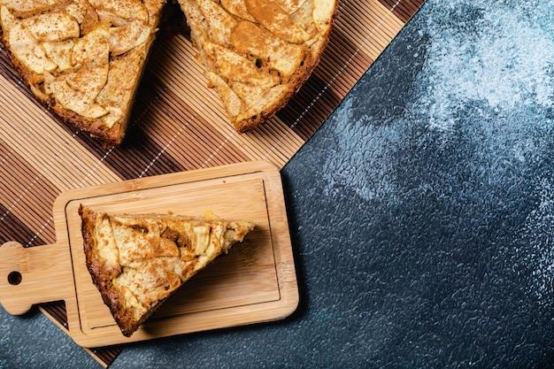 Tarta de manzana casera dulce con canela. copia espacio