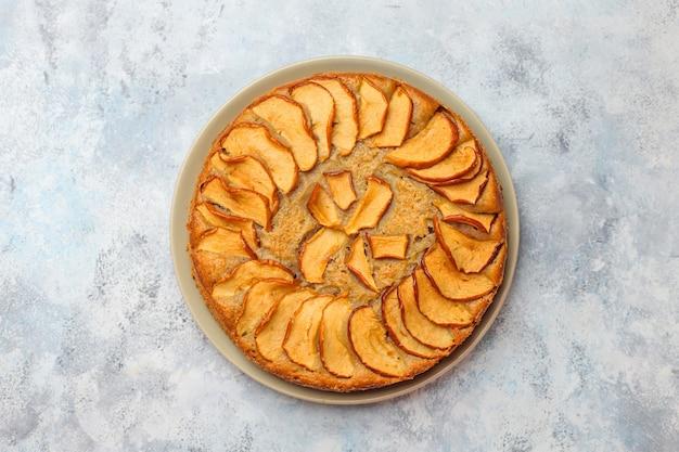 Tarta de manzana casera dulce con canela