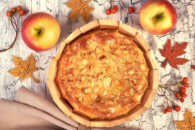 Tarta de manzana casera con manzanas, bayas y servilleta de lino.