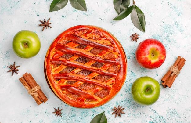 Tarta de manzana casera en mesa de luz