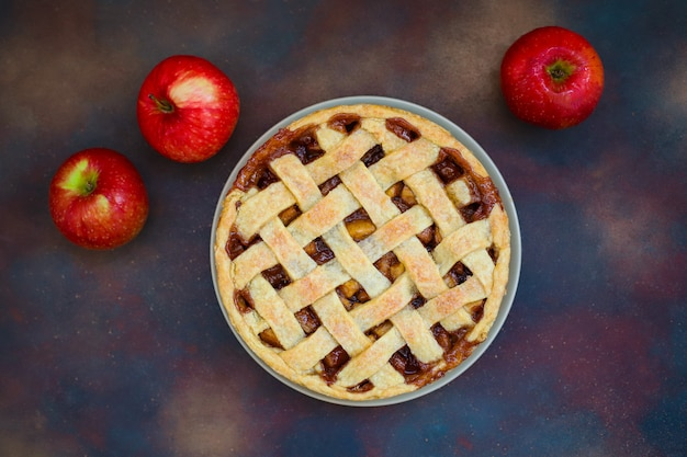 Tarta de manzana casera en oscuro, vista superior, espacio de copia