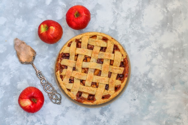 Tarta de manzana casera sobre fondo de hormigón gris, vista superior