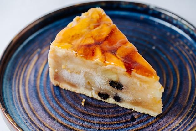 Tarta de manzana cubierta con gelatina