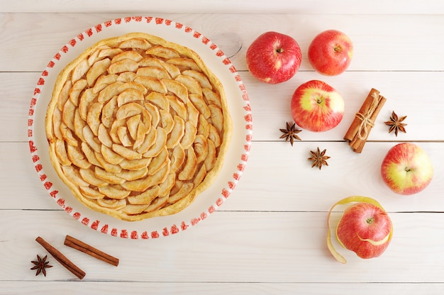 Tarta de manzana e ingredientes con manzana y canela