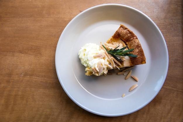 Tarta de manzana en mesa de madera
