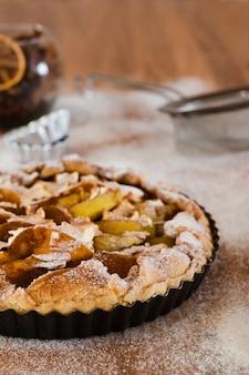 Tarta de manzana en sartén con azúcar en polvo