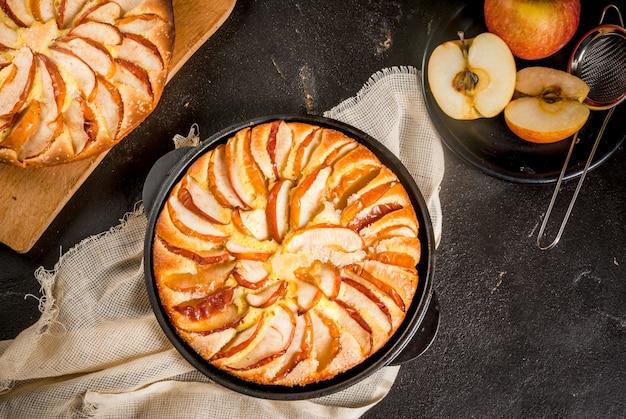 Tarta de manzana en una sartén de hierro fundido en porciones