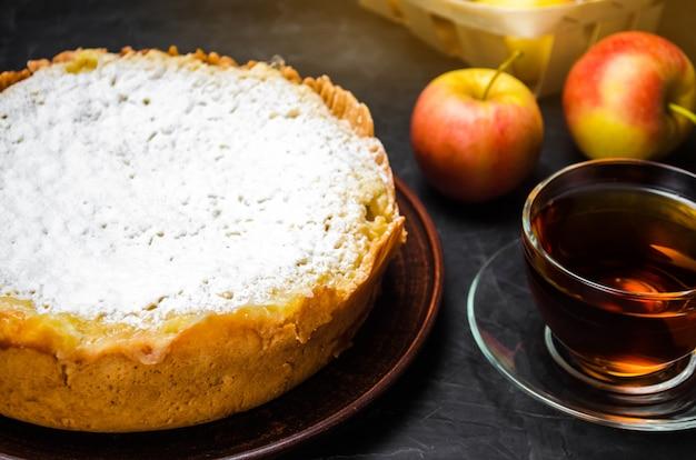 Tarta de manzana tradicional con crema de vainilla. charlotte polaca. un postre británico favorito.