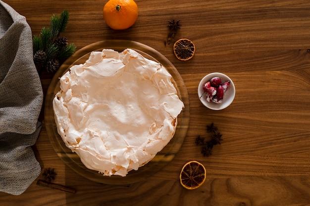 Tarta de merengue con anís y piñas