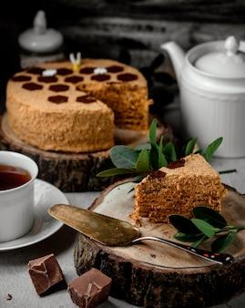 Tarta de miel con café sobre la mesa