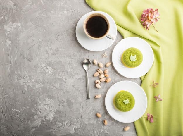 Tarta de mousse verde con crema de pistacho y una taza de café. vista superior, copyspace.