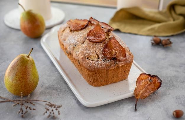 Tarta de muffins con peras, nueces decoradas con peras caramelizadas.