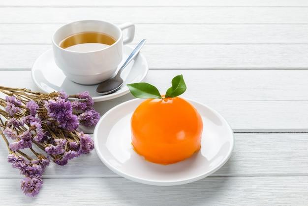 Tarta de naranja sobre mesa de madera blanca