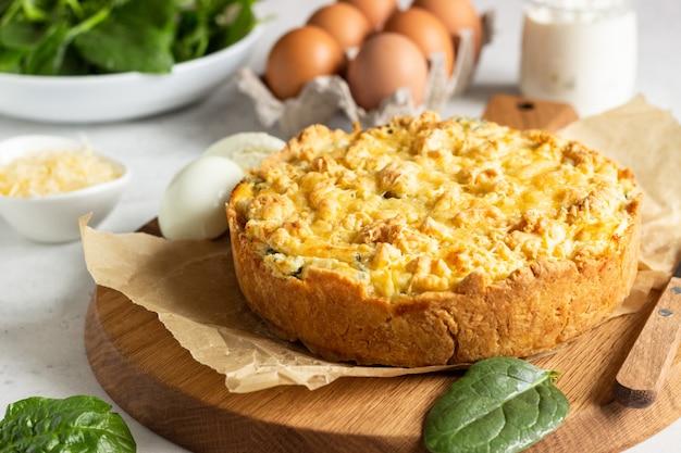 Tarta o pastel con espinacas, ricotta y huevos.