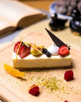 Tarta de queso con bayas fresa zarzamora higo naranja pistachos mermelada vista lateral