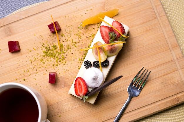 Tarta de queso con bayas fresa zarzamora higo naranja pistachos mermelada vista superior